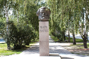 Памятник-бюст Карлу Марксу